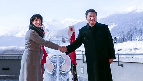 """习近平同瑞士联邦主席洛伊特哈德在达沃斯配合启动中瑞送彩金年。两国元首在熊猫冰雕像和印有中瑞两国国旗及""""中瑞送彩金年""""字样的滑雪板旁合影纪念。"""