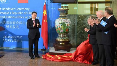 """习近温和夫人彭丽媛列席中国向结合国日内瓦总部赠礼节式。习近温和古特雷斯配合拉下红绸,为""""乱世欢歌""""景泰蓝瓶开幕。"""