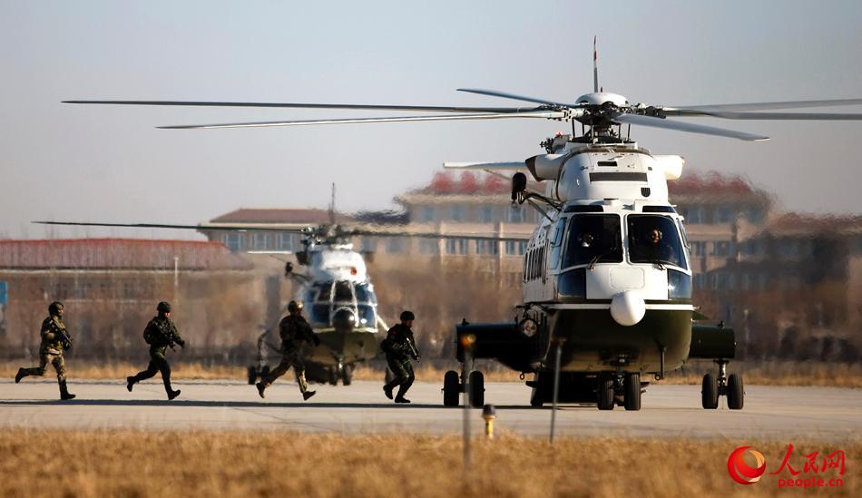 中俄单方队员构成的特战小组疾速登上直升机-王涛摄