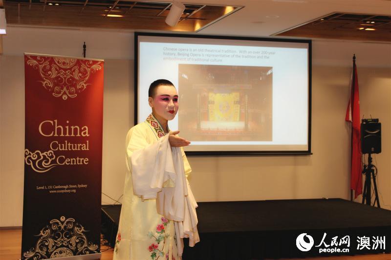 牟元笛向观众引见中国戏曲(拍照 王泉骄)