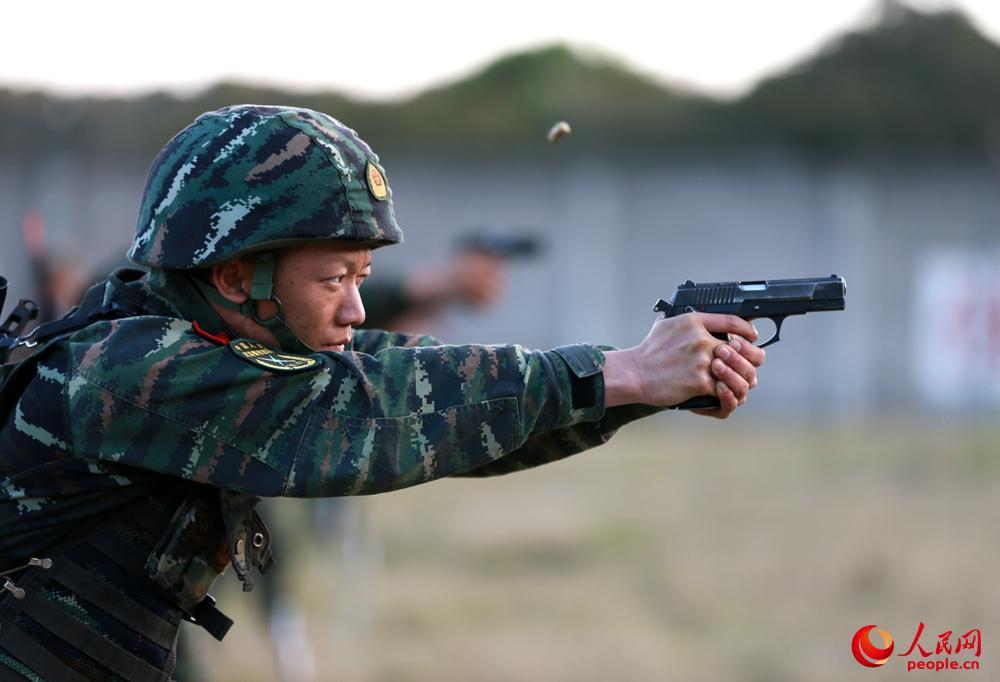 特战队员停止手枪限时疾速射击交锋。