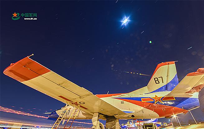 高清:以战机为画笔,他们在夜空中绘出美丽航迹