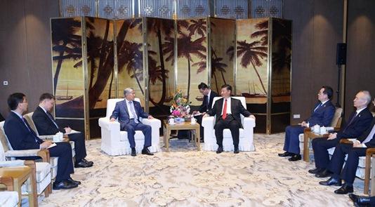 习近平会晤吉尔吉斯斯坦前总统阿坦巴耶夫
