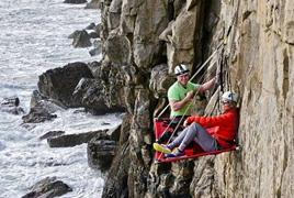 露营新体验 睡在悬崖上
