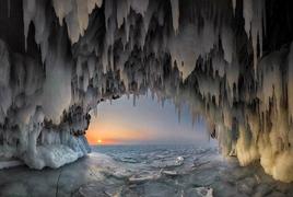 贝加尔湖上令人冷艳的冰洞