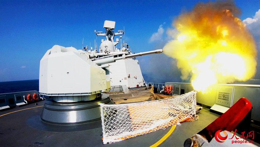 盐城舰主炮对海射击霎时  朱林林拍照