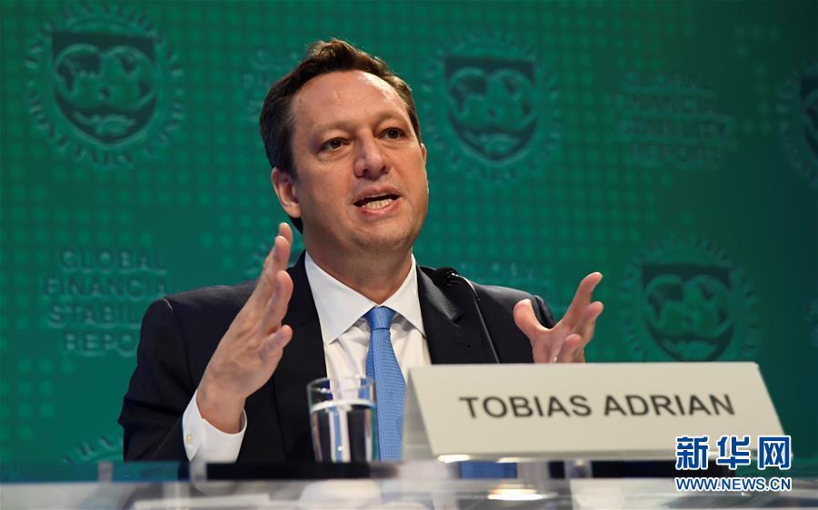 4月18日,在美国华盛顿,国际钱币基金构造(IMF)钱币和资源市场部分主管托比亚斯·阿德里何在公布会现场引见半年度《环球金融波动陈诉》。