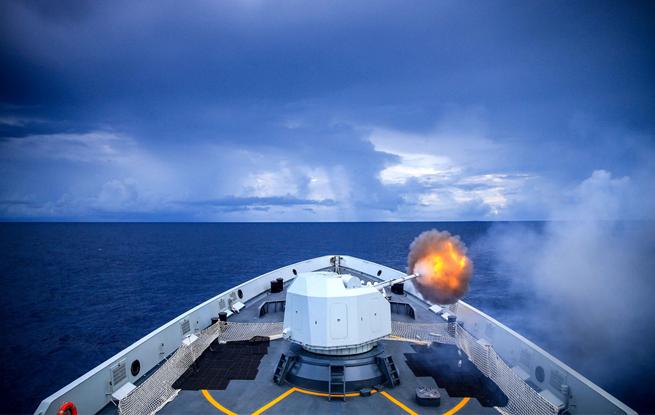 第29批护航编队实践运用武器训练 准确掷中目的