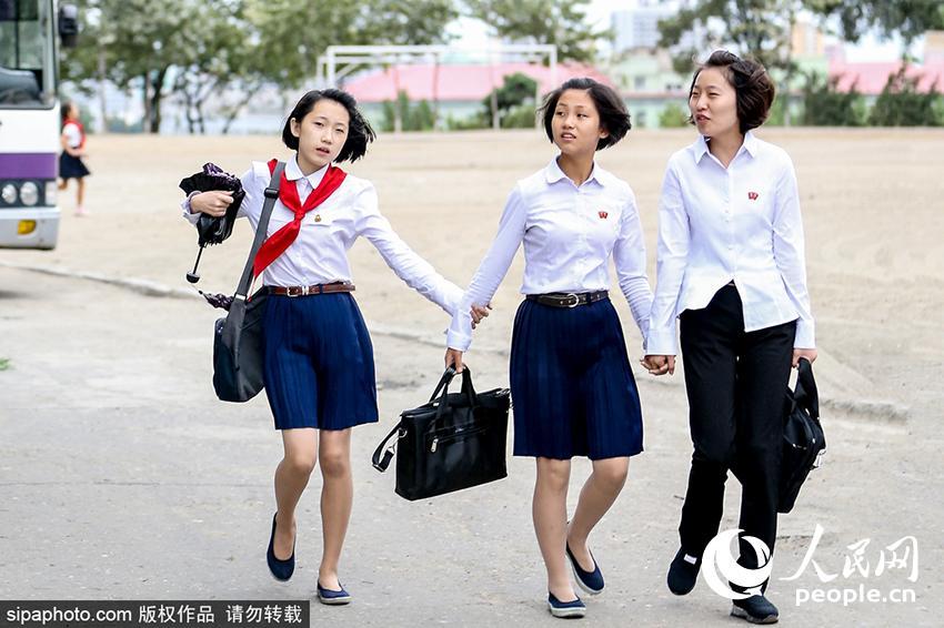 2016年8月下旬,朝鲜陌头的中先生,她们穿着美丽得体,英姿勃发,阳光健美。(图为Sipa版权作品,请勿转载)