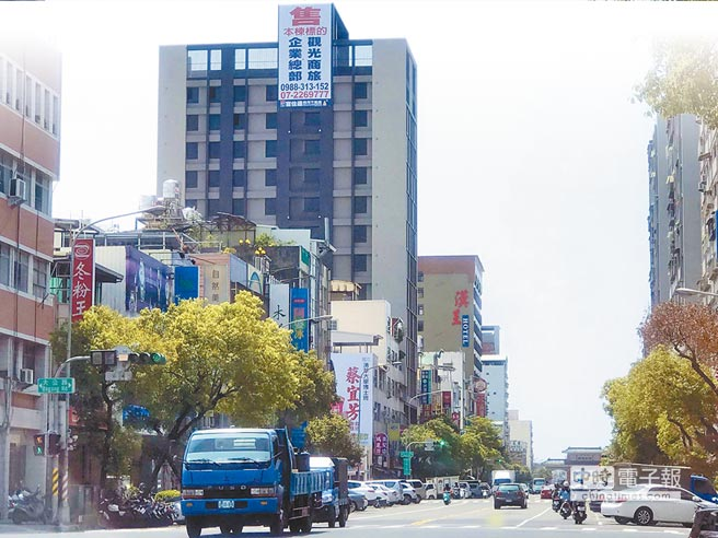 陆客限缩后,高雄多家饭馆兜售,图为临近西子湾、驳二景点待售的旅行旅店。