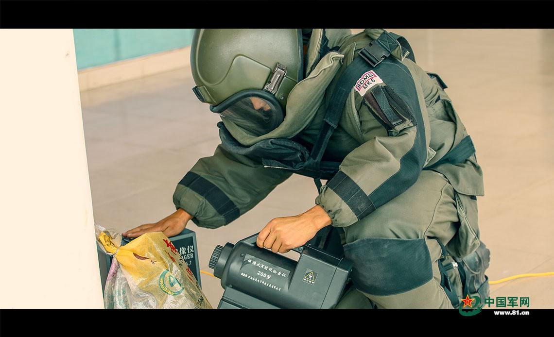 排爆队员架设排爆设置装备摆设。胡程 摄