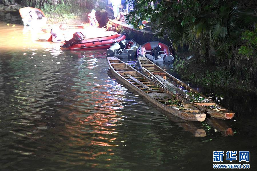 这是事发明场的暂时船埠(4月21日摄)。来自广西桂林市消防部分的最新音讯,桂林市秀峰区桃花江2艘龙舟翻船搜救任务已全部完毕,共有17人罹难。 新华社记者 周华 摄