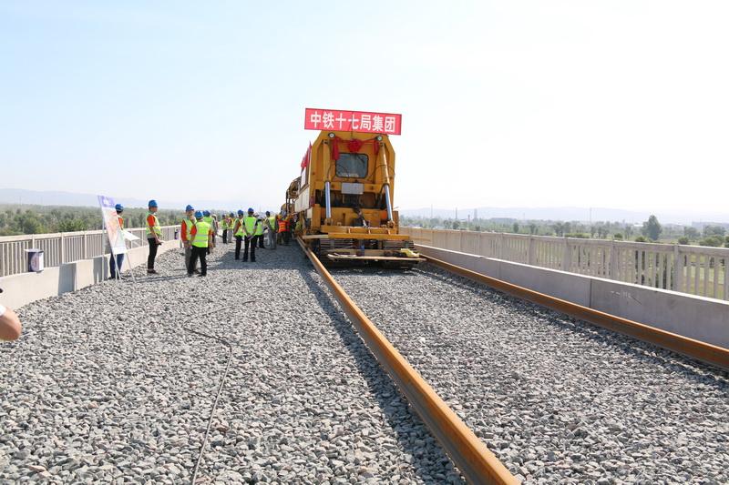 图为大张高铁铺轨现场。记者周亚军拍照报道