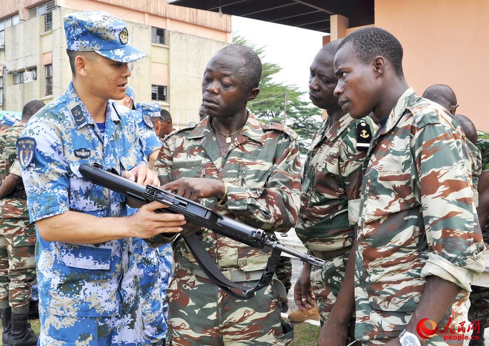 中喀两国特战队员停止轻武器运用交换。刘亚伟拍照