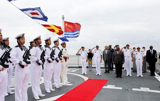 加蓬总统阿里·邦戈观赏中国水师第二十八批护航编队盐城舰