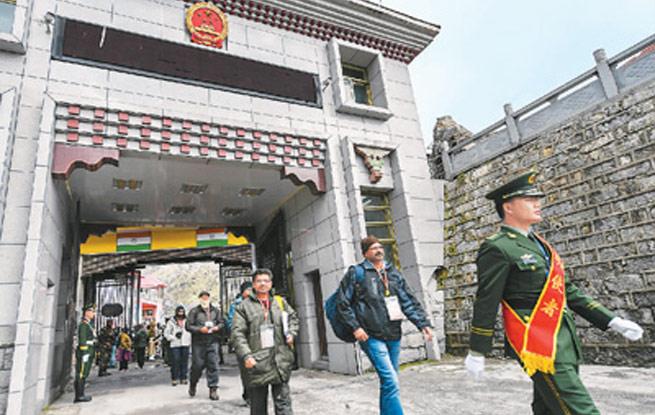 西藏乃堆拉山口迎来首批印度香客