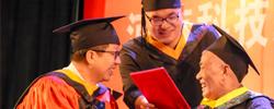 """河南:父子俩一同""""结业""""了2014年,赵德龙考上了河南科技大学。面临病榻上的父亲,赵德龙决议带着父亲上学。[阅读]"""
