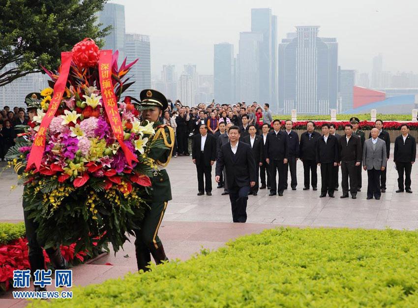 这是习近平在深圳莲花山公园向邓小平铜像敬献花篮.摄影: