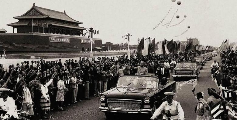 1961年9月22日,刘少奇主席用红旗检阅车迎接古巴总统访问中国。