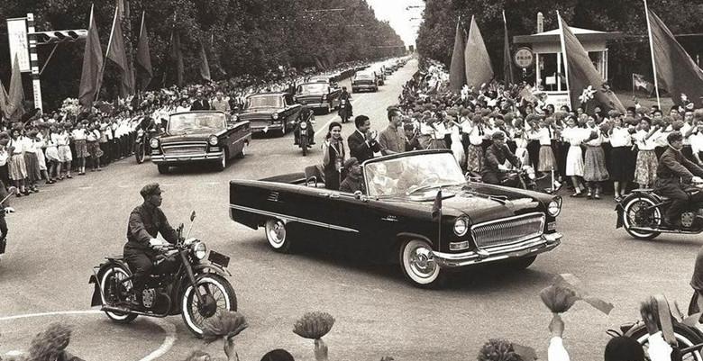 1970年7月2日,西哈努克访华期间乘坐红旗敞篷车。