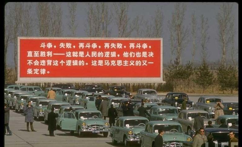 1972年美国总统尼克松访华,周总理亲自率领红旗轿车国宾车队到机场迎接。