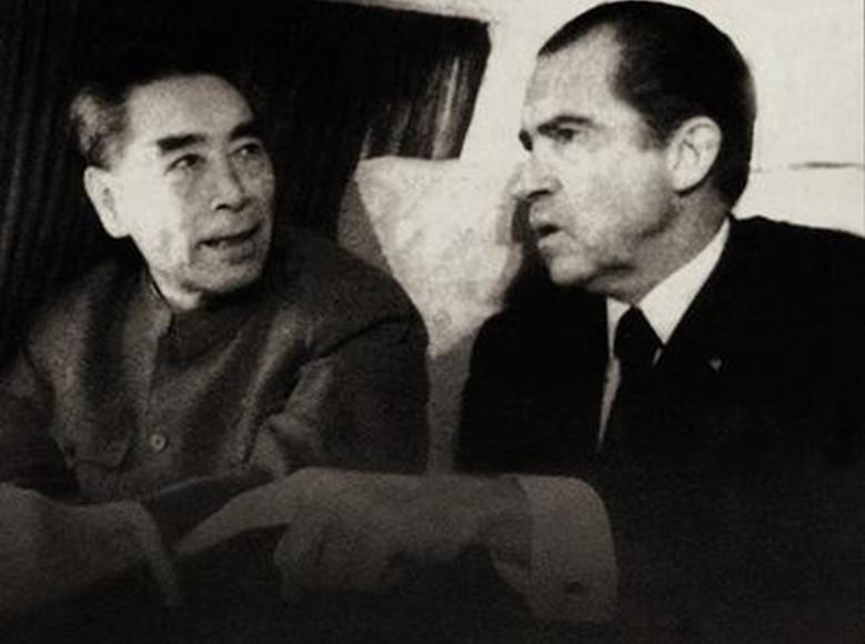 图为周总理和尼克松在红旗车内交谈。