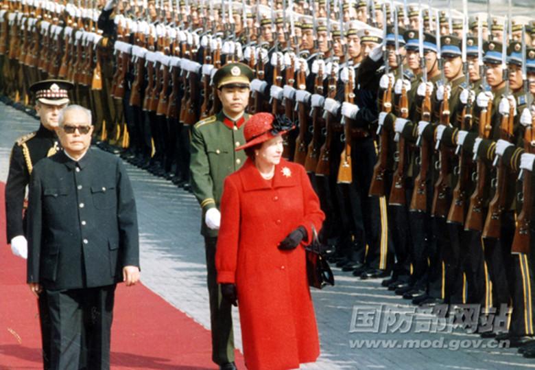 1986年10月,英国女王伊丽莎白二世访问中国,要求乘坐红旗车。图为国家主席李先念陪同女王检阅仪仗队。