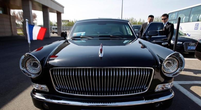 2013年4月25日,法国总统弗朗索瓦·奥朗德抵达北京,开始对中国进行国事访问。图为奥朗德乘坐的国产红旗国宾车。