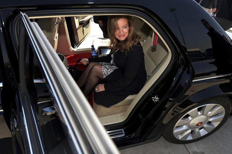 图为法国总统弗朗索瓦·奥朗德的女友在红旗车上。