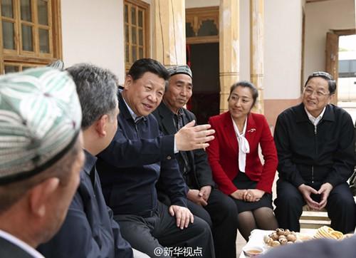 习近平走进维吾尔族村民家:政策要合民意、惠民生
