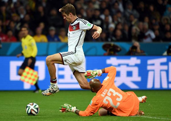 德国队球员穆勒禁区内带球进攻.当日,在巴西阿莱格里港河滨球场图片