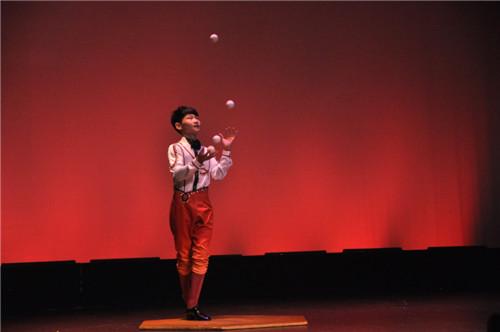 中国杂技团小演员管利寅表演《拍球》