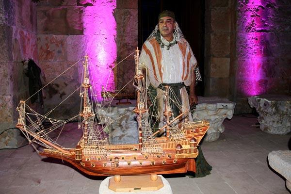 一艘用传统木工制作的帆船模型