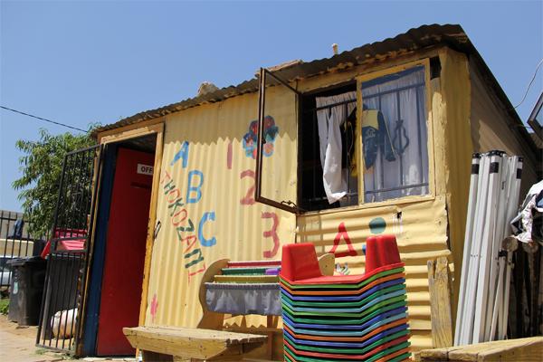 尽管只是用集装箱板搭建的简易房,但是这间10平米左右的小屋里却有16名3个月到18个月大不等的黑人婴儿。这便是位于南非约翰内斯堡北部的迪普思陆特黑人贫民窟的一家名为托克扎尼的幼儿园所面临的残酷现实。 有数据显示,南非在2011年的极度贫困人口还有1020万,几乎为南非总人口1/5。南非政府近些年在减贫上做出了很多努力。然而,面对庞大的贫困人口基数,这些成绩似乎显得有些微不足道。 南非约翰内堡大学商学院学生格雷敦腾达伊认为,南非实现减贫目标最高效的方法是政府和个人形成合力。