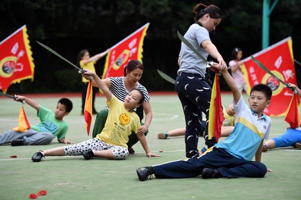 在福建省福州市钱塘小学屏北分校,教练为武术队学生传授自然门刀法