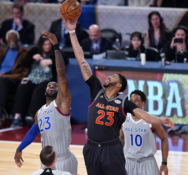 当地时间2月19日,东部队球员詹姆斯(左)与西部队球员戴维斯(前右)争球。 当日,2016-2017赛季美国男篮职业联赛(NBA)全明星正赛在美国新奥尔良举行。最终,西部明星队以192比182战胜东部明星队。 新华社记者鲍丹丹摄