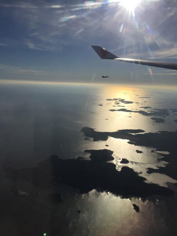 习主席专机进入芬兰领空后,芬方战机升空护航。