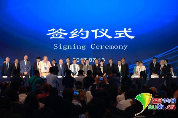7月13日,院士入驻青岛国际院士港签约仪式现场.
