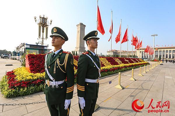 党的十九大召开之际,武警北京市总队十支队官兵为盛会保驾护航。图为执勤哨兵正在认真执勤。安晓惠摄
