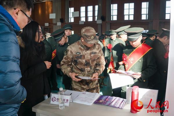 12月4日,中部战区陆军82集团军某旅退伍老兵招聘会在该旅大礼堂举行。