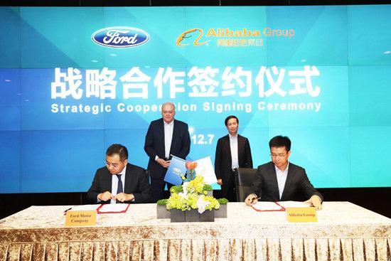 阿里巴巴集团首席执行官张勇(后排右)与福特汽车公司总裁兼首席执行官韩恺特 (后排左)于7日在杭州见证了双方合作意向书的签署