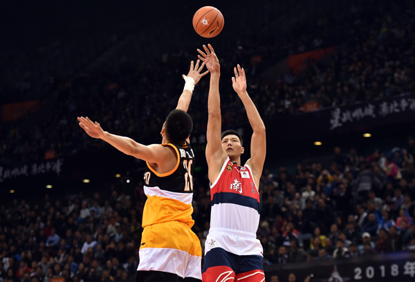 南方明星队球员易建联(右)在比赛中投篮。新华社记者 梁旭摄