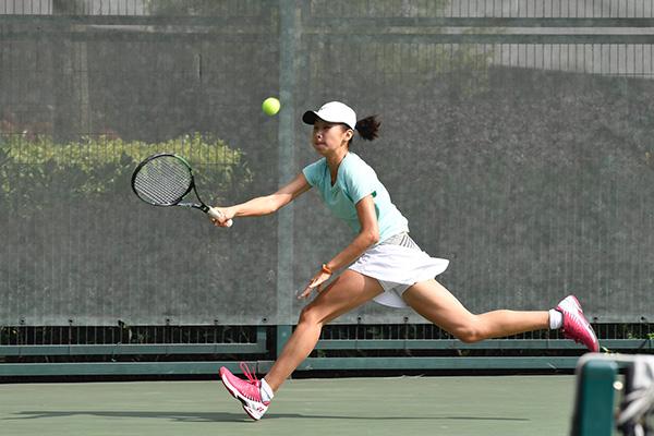 3月25日,中国选手韩江雪在比赛中回球。   当日,在成都举行的国际网联青少年巡回赛U18(18岁以下)G4站女子单打决赛中,中国选手韩江雪以2比1战胜同胞韦思佳,获得冠军。   新华社记者 刘坤摄