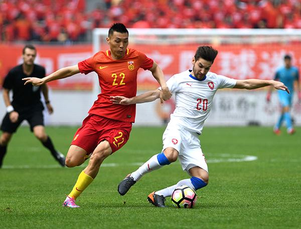 3月26日,中国队球员于大宝(左)在比赛中拼抢。   当日,在广西体育中心举行的2018中国杯国际足球锦标赛季军争夺战中,中国队以1比4不敌捷克队。在本届中国杯中,中国队两战皆负,在4支球队中排名垫底。决赛在威尔士队和乌拉圭队之间进行,最终乌拉圭队以1比0战胜威尔士队,获得本届中国杯的冠军。   新华社记者 周华摄