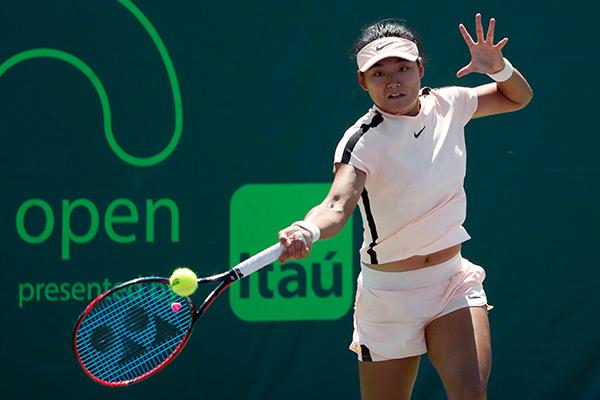 当地时间3月26日,中国选手王雅繁在比赛中回球。    当日,在美国举行的迈阿密网球公开赛女单第四轮比赛中,中国选手王雅繁以1比2不敌德国选手科贝尔,止步十六强。   新华社发
