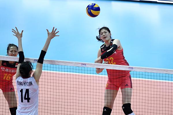中国队球员李盈莹(右)在比赛中扣球摄影:新华社记者 黄宗治