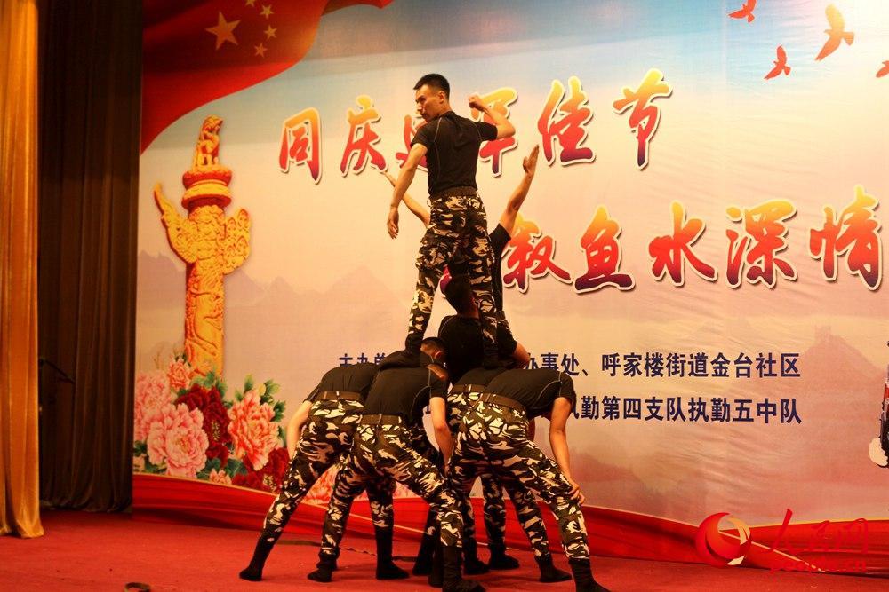 官兵们自编自导自演的舞蹈《凝聚》。
