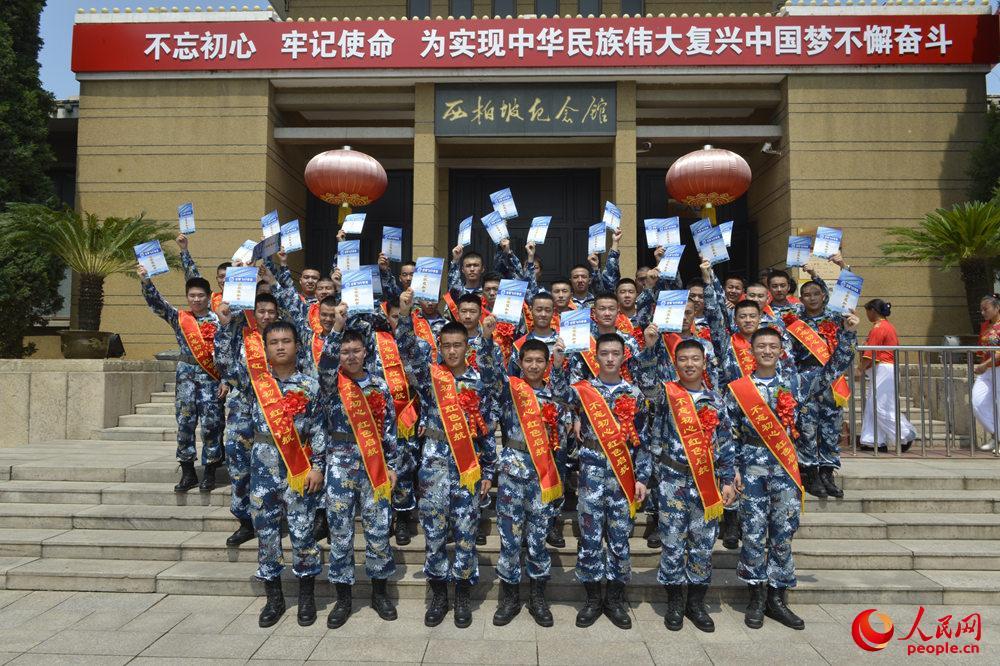 在西柏坡纪念馆前学员们手拿着录取通知书合影。刘川摄
