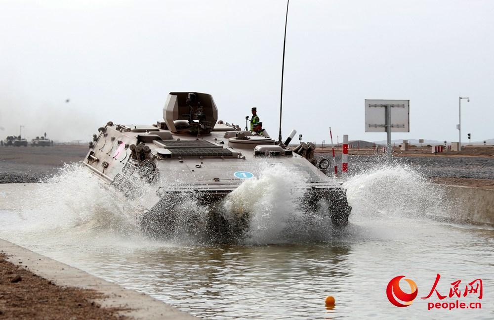 中方参赛车辆快速通过涉水区。袁凯摄
