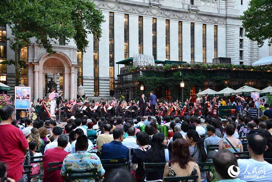 3日晚,美国亚洲文化中心下属亚文交响乐团在纽约曼哈顿中城的布莱恩特公园举办大型公共音乐会,吸引逾千名观众到场欣赏。